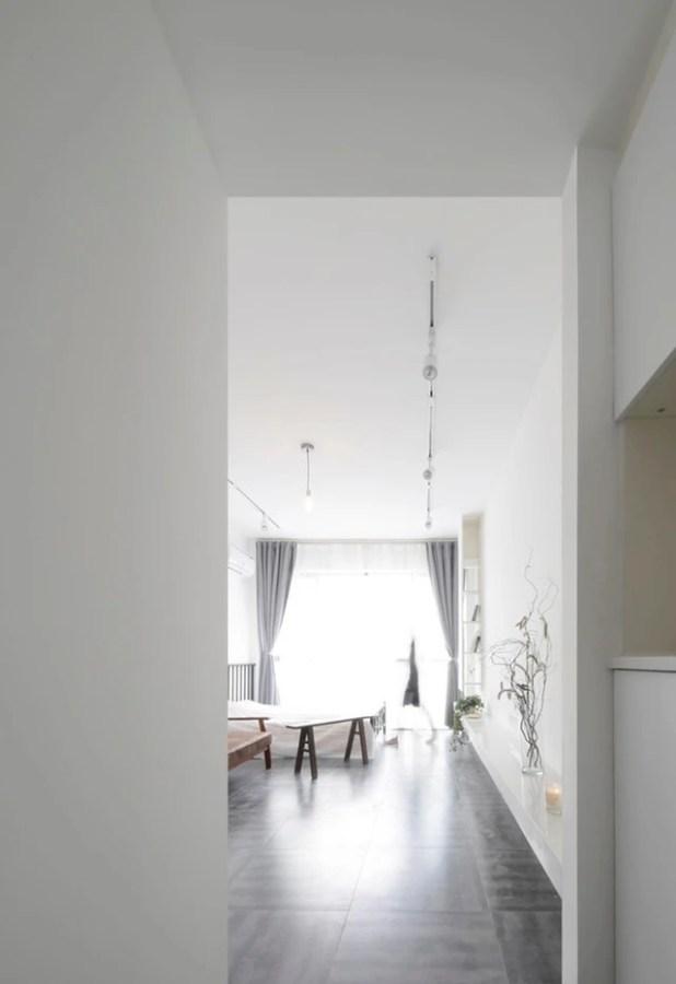 Phòng khách và khu vực nghỉ ngơi được thiết kế trong cùng một không gian rộng mở. Không cần tường chia phòng, cũng không cần vách ngăn nhưng hai khu vực chức năng của ngôi nhà lại được phân định rạch ròi nhờ cách sắp xếp không gian thông minh của chủ nhà.