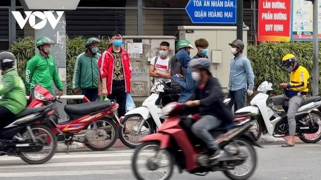 Người dân chật vật mưu sinh dưới nắng nóng hơn 40 độ C tại Hà Nội - Ảnh 15.