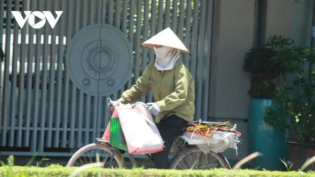 Người dân chật vật mưu sinh dưới nắng nóng hơn 40 độ C tại Hà Nội - Ảnh 8.