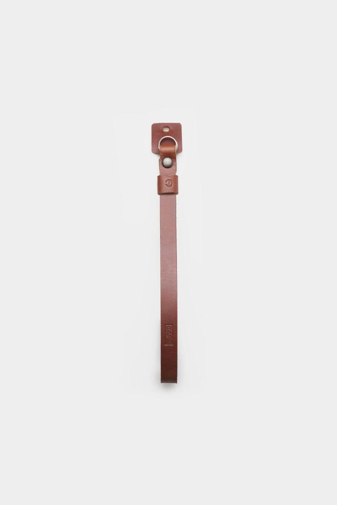 The Leather Camera Strap Black Coffee is handcrafted in Spain with vegetable tanned leather from Spain. It is perfect for every photographer and it can be used for any camera. Premium quality.