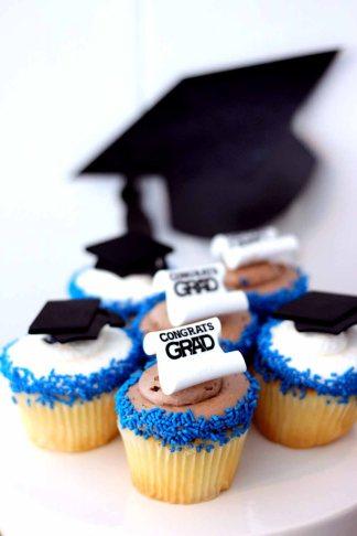 graduation themed cupcakes