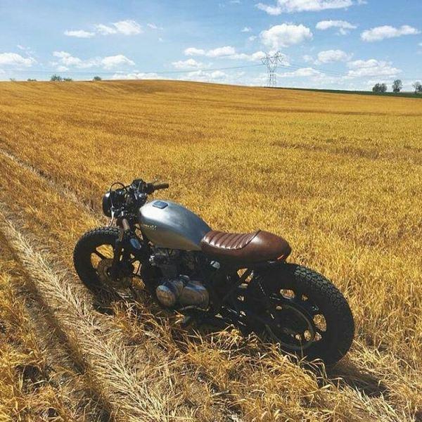 By @asphaltandgravel .  #caferacer #caferacers #caferacerstyle #caferacersculture #caferacerbuilds #vintage #vintagestyle #vintagefashion #motocycle #moto #motos #motorcycles #oldstyle #oldschool #bratstyle #motorbike #motor #helmet