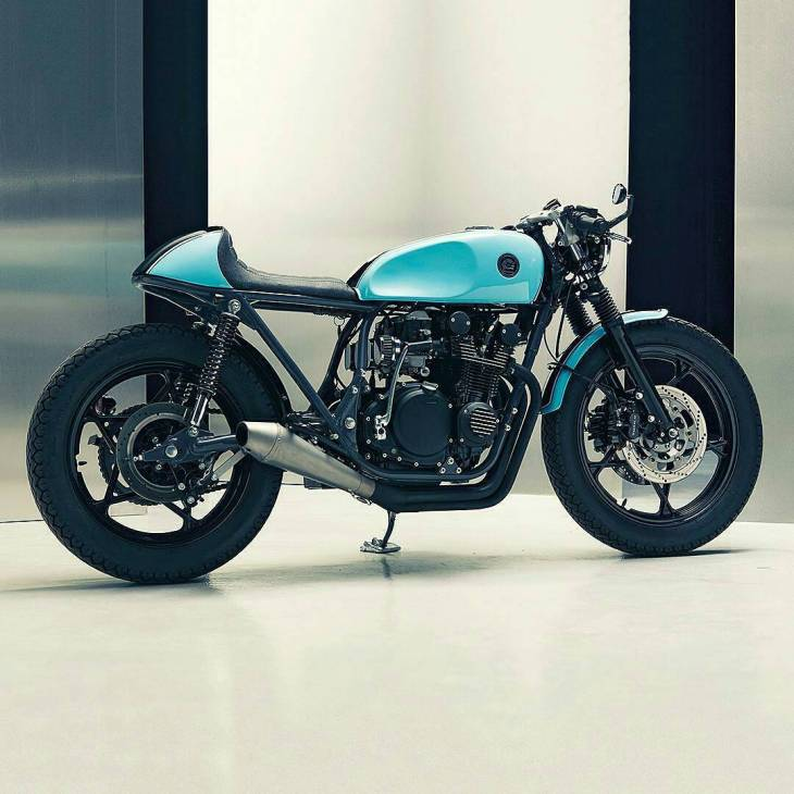 By @eastern_spirit_garage and his incredible Suzuki GS550 cafe racer. .  #caferacer #caferacers #caferacerstyle #caferacersculture #caferacerbuilds #vintage #vintagestyle #vintagefashion #motocycle #moto #motos #motorcycles #oldstyle #oldschool #bratstyle #motorbike #motor #helmet