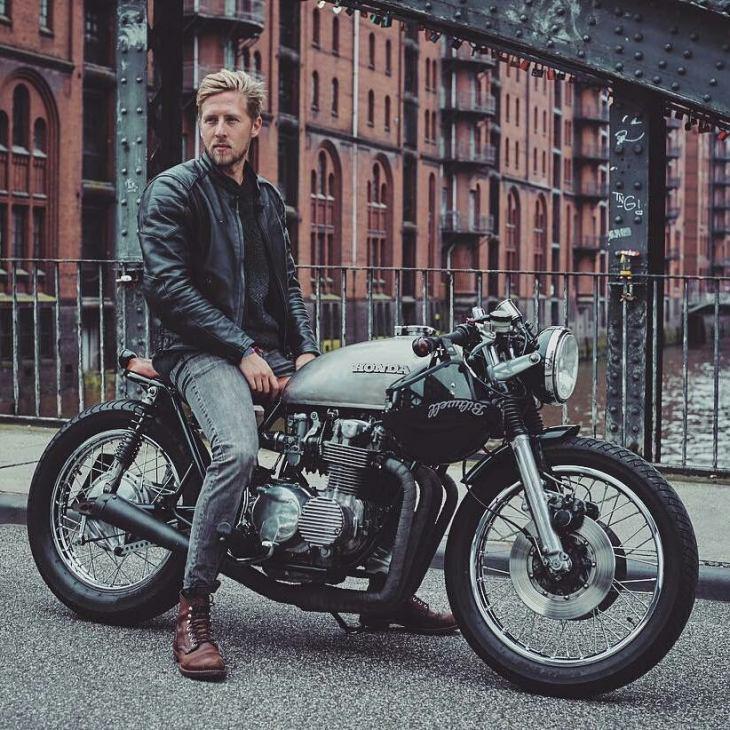 By @raketentreibstoff .  #cb550 #cb500  #caferacer #caferacers #caferacerstyle #caferacersculture #caferacerbuilds #vintage #vintagestyle #vintagefashion #motocycle #moto #motos #motorcycles #oldstyle #oldschool #bratstyle #motorbike #motor #helmet