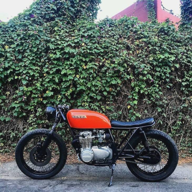 By @foxtrot_royal 👉 Orange Honda CB550 🏍 Bike by @riotcycles & @tykady