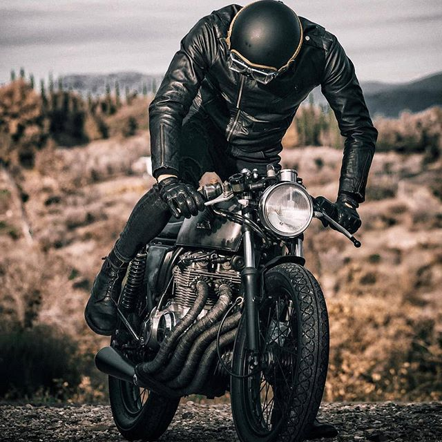 @mat_giova on his Honda CB 400 📸: @nikitacasucci