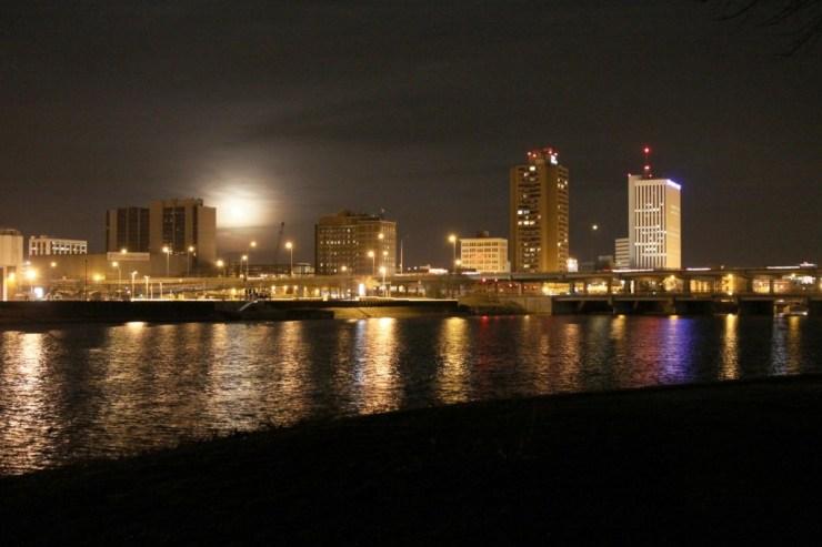 Downtown Cedar Rapids overlooking the Cedar River. Photo credit: Corey Munson (CC-By-3.0)
