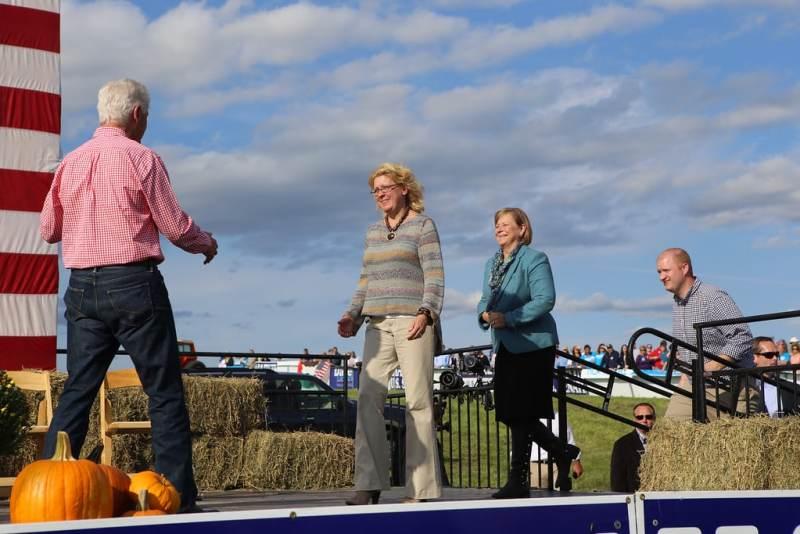 Former President Bill Clinton greets Staci Appel