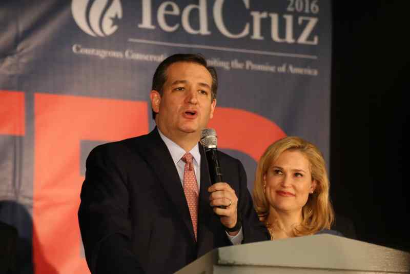 U.S. Senator Ted Cruz (R-TX) gives his Iowa victory speech with his wife Heidi looking on. Photo credit: Dave Davidson (Prezography.com)