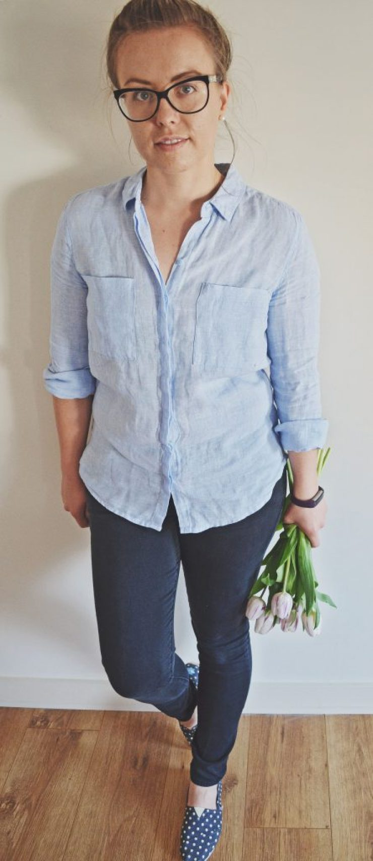 blue linen, jeans and tullips