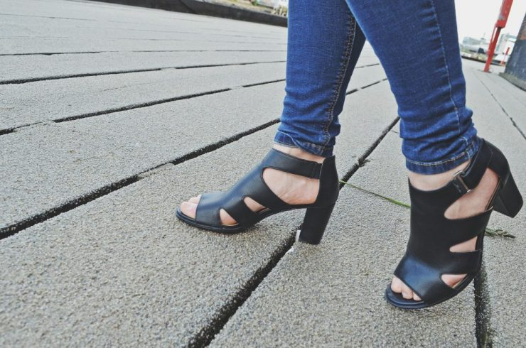black sandals for summer