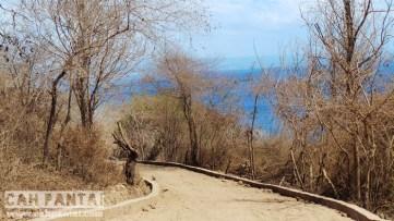 Menuruni jalan pasir akses Pantai Pink