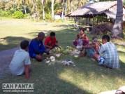Warga yang memetik kelapa
