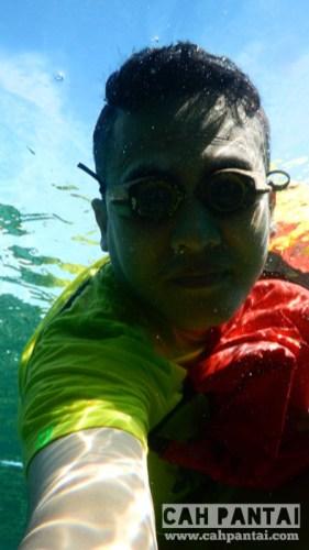 Snorkeling dengan kacamata kayu kepunyaan paman