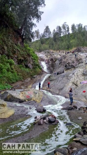 Air terjun Kalipait, terletak di pinggir jalan raya menuju Kawah Wurung jika dari Banyuwangi