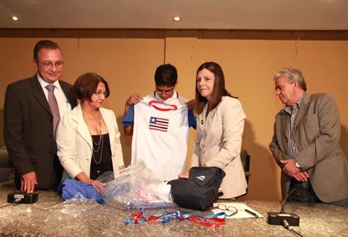Foto 1 Governadora entrega kits escolares foto Geraldo Furtado[1]