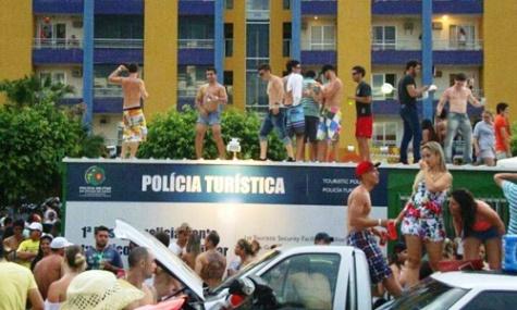Entre os atos de vandalismo, foliões pularam em cima de um posto da Polícia Militar