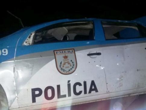 Carro da PM atingido por tiros é retirado do local do acidente (Foto: Divulgação/ PMERJ)
