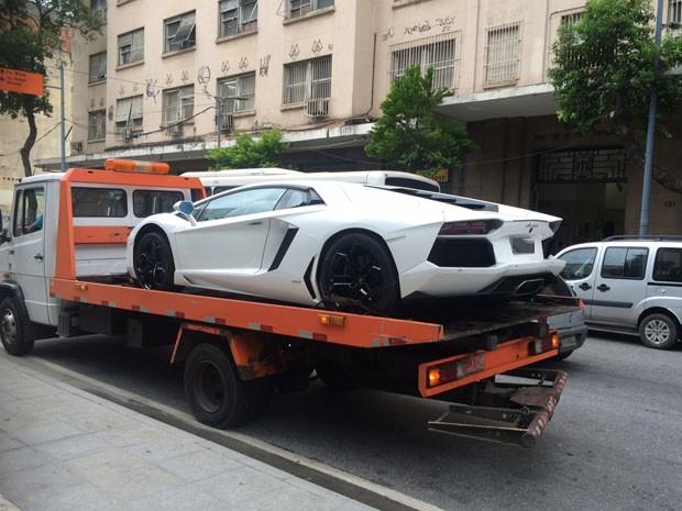 Carro importado de Eike Batista apreendido em fevereiro (Foto: Henrique Coelho/G1)
