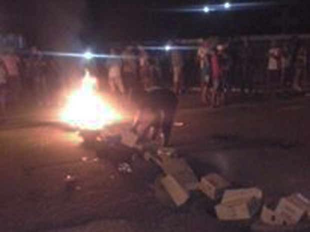 Moradores revoltados atearam fogo em frente à delegacia (Foto: João Pedro/Portal Mais Castelo)