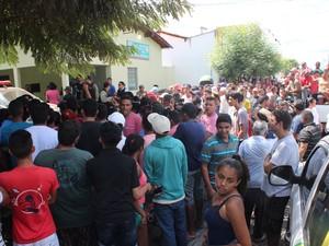 Uma multidão se aglomerou em frente a delegacia de Castelo do Piauí (Foto: Catarina Costa/G1)