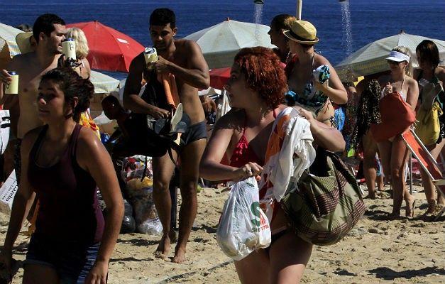 levando-seus-pertences-banhistas-deixam-a-praia-assustados