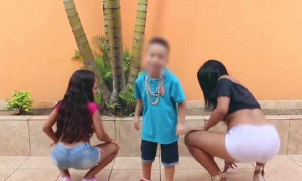 Clipe de 'Tapa na bunda' mostra MC Vilãozin, de 6 anos, cantando ao lado de duas dançarinas (Foto: Divulgação / RP Produtora)