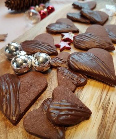 Lebkuchen Herzplätzchen von Cake Confession auf einem Holzbrett