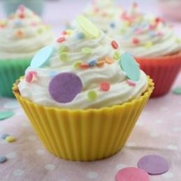 Vanille Cupcake in gelber Muffinform mit bunten kleinen und großen Konfettistreuseln