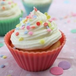 Vanille Cupcake in rotem Muffinförmchen von Cake Confession