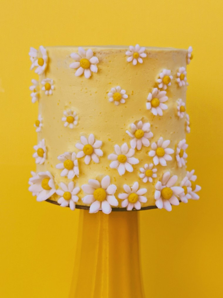 yellow daisy cake  #cakes and other stuff