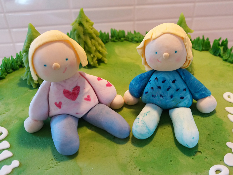 Tårta med två flickor i skogen