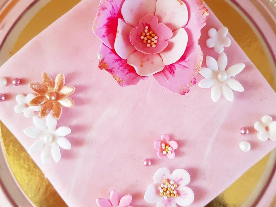 Pytteliten rosa tårta med guld