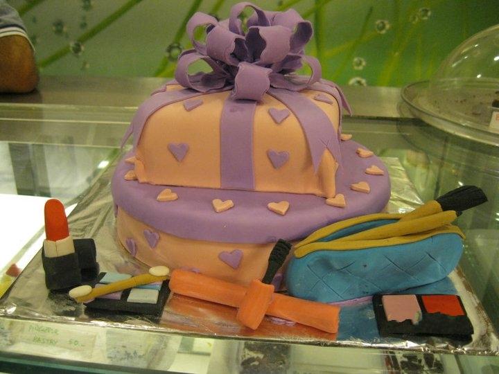 beauty-lipstics-eyeliner-theme-designer-cakes-cupcakes-mumbai-63