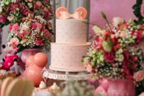 Bolo Minnie rosa para festa de menina feito por Cíntia Costa Cake Studio.