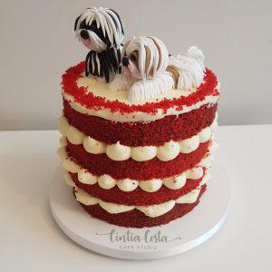 Naked Cake de Red Velvet com topo de bolo de cachorro (shih tzu). Bolo feito por Cíntia Costa Cake Studio.