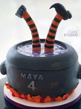 Bolo de Mesversário no Halloween: Caldeirão da Bruxa para Filha de Paloma Tocci da Band. Feito por Cake Studio ( contato@cakestudio.com.br ).