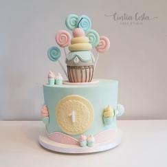 Bolo decorado tema Candy (docinhos) em tons pastel para festa de menina. Feito por Cake Studio ( contato@cakestudio.com.br | Whatsapp: (11) 96882-2623 ).