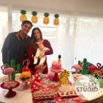 Bolo de flamingo para mesversário da filha de Paloma Tocci, da Band. Feito por Cake Studio ( contato@cakestudio.com.br | Whatsapp: (11) 96882-2623 )