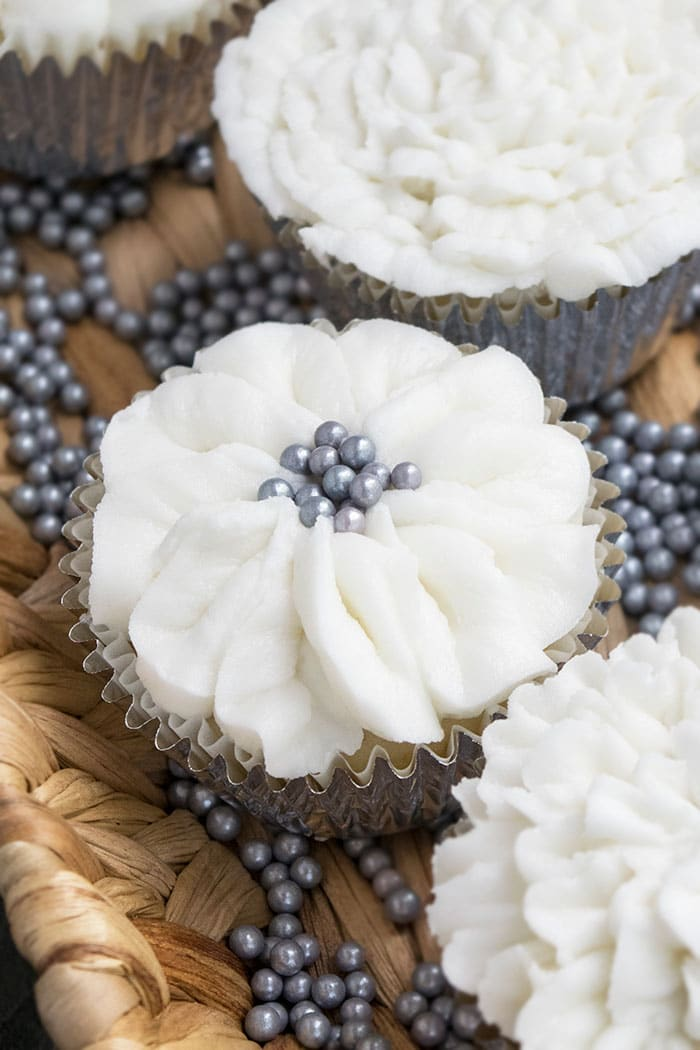 How to Decorate White Wedding Cupcakes