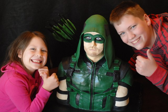 Caking with the kids, Arrow Cake, Green Arrow, About us, fondant sculpting