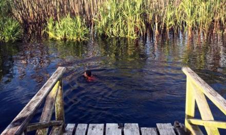 """Sensasi Berenang Di """"Sungai Hitam"""" Pedalaman Kalimantan"""