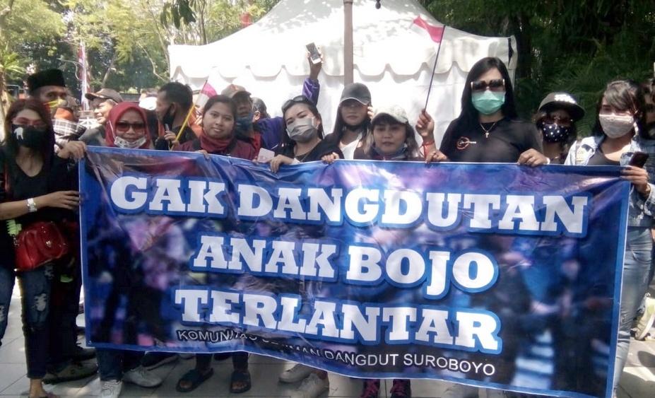 Suarakan hak - Para pekerja seni di Surabaya menyuarakan tuntutannya agar walu kota melakukan revisi perwali 33 di balai kota rabu (05/08)