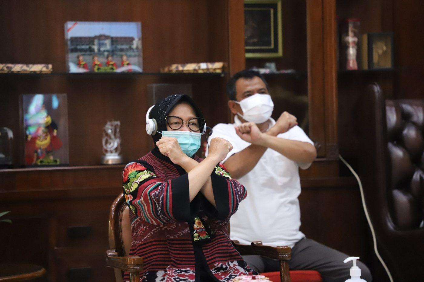 Wali Kota Suraaya Tri Rismaharini bersama Kadispendik Surabaya Soepomo saat memerikan Pembekalan kepada guru SD