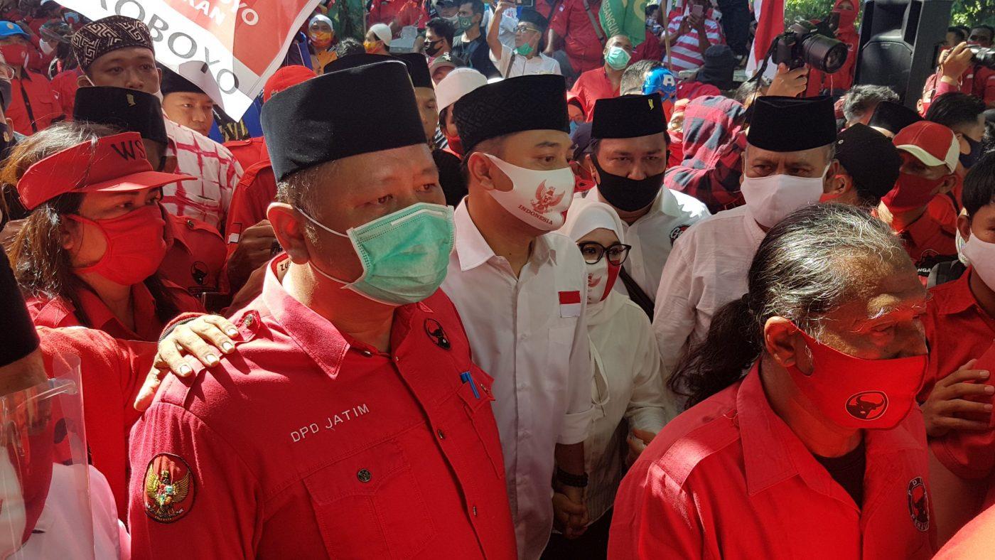 Whisnu mendampingi Eri Cahyadi dan Armuji saat mendaftar di KPU Surabaya