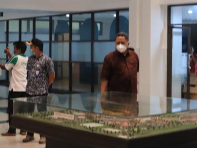 Plt Wali Kota Surabaya Whisnu Sakti Buana saat meninjau lapangan gelora Bung Tomo