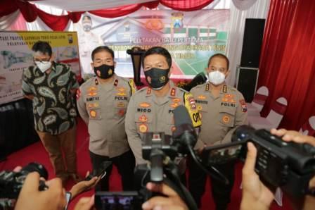 Kapolda Jatim saat menjawab pertanyaan Media