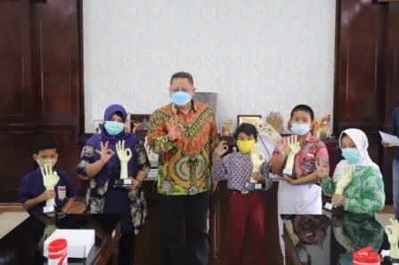 Pelaksana Tugas (Plt) Wali Kota Surabaya, Whisnu Sakti Buana saat menyerahkan Awarding Surabaya Eco School 2020