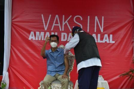 ketua DPRD Kota Surabaya Adi sutarwijono saat menerima suntikan vaksin covid 19 di balai kota Surabaya