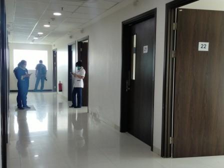 selasar rumah sakit khusus covid-19 yang menempati area mall di perbatasan kota Surabaya